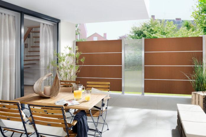 Der Sichtschutz aus Edelrost von Brügmann TraumGarten entsteht mit Elementen aus Corten-Stahl, der mit seiner leuchtend rostroten Oberfläche besonderer Hingucker wird