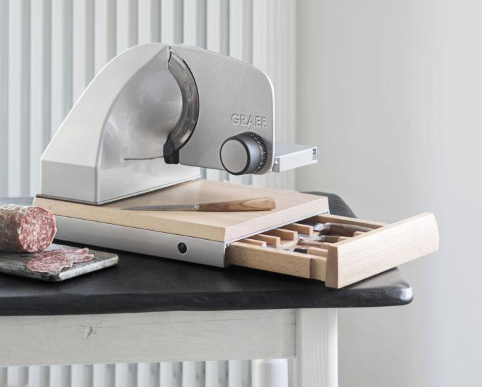 Der Allesschneider SKS 850 von Graef mit Buchenholz-Schneidbrett und eingefassten Fächern ist schneidiger Mittelpunkt der Küche