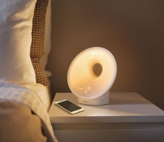 Das Somneo Connected Sleep & Wake-up Light HF3670/01 mit AmbiTrackSensor zur Ermittlung optimaler Bedingungen für den perfekten Schlaf