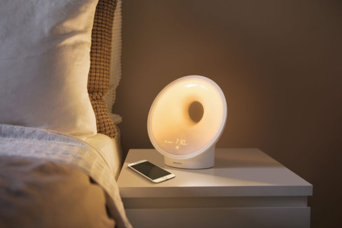 Das Somneo Connected Sleep & Wake-up Light HF3670/01 mit AmbiTrackSensor zur Ermittlung optimaler Bedingungen für den perfekten Schlaf