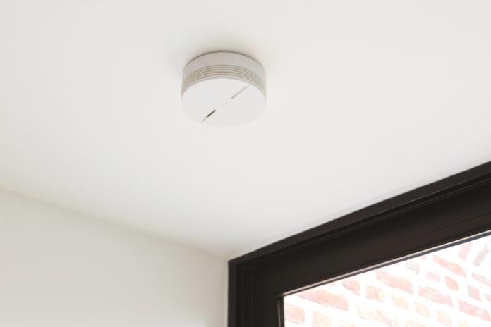 Der smarte Rauchmelder von Netatmo funktioniert kabellos und muss nur an die Decke geschraubt werden