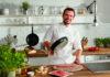 Die Tefal-Pfannenserie So Tough ist in enger Kooperation mit Tefal-Markenbotschafter Steffen Henssler entwickelt worden. Der TV-Koch ist Profi durch und durch und Perfektionist aus Leidenschaft.