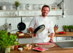 Die Tefal-Pfannenserie So Tough ist in enger Kooperation mit Tefal-Markenbotschafter Steffen Henssler entwickelt worden. Der TV-Koch ist Profi durch und durch und Perfektionist aus Leidenschaft