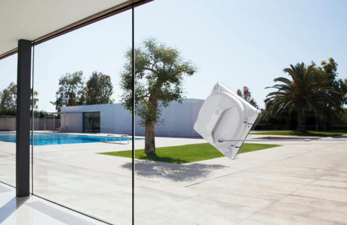 Der kabellose Fenstersauger WINBOT X ist mit einem Akku ausgestattet, der ihn durch Unterdruck an der Scheibe hält
