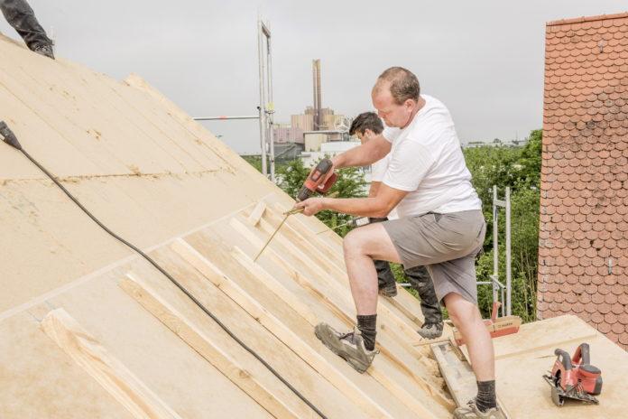 Holzfaser-Dämmstoffe sorgen im Winter für wohlige Wärme, sparen im Sommer die Hitze aus und schützen die Bausubstanz