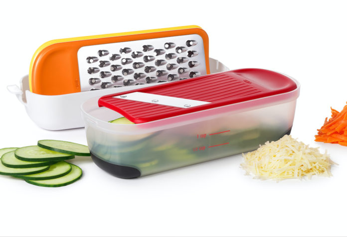 Das neue Oxo Mini Reibe- und Hobel-Set passt in jede Küche und hilft, mit drei verschiedenen Klingen Lebensmittel in dünne dünne Scheiben zu schneide