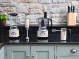 Das Retro Vintage Cream Set von Russell Hobbs besteht aus Food Processor, Glas-Standmixer, Stabmixer sowie Handmixer und sorgt für ein ganz besonderes Flair in der Küche