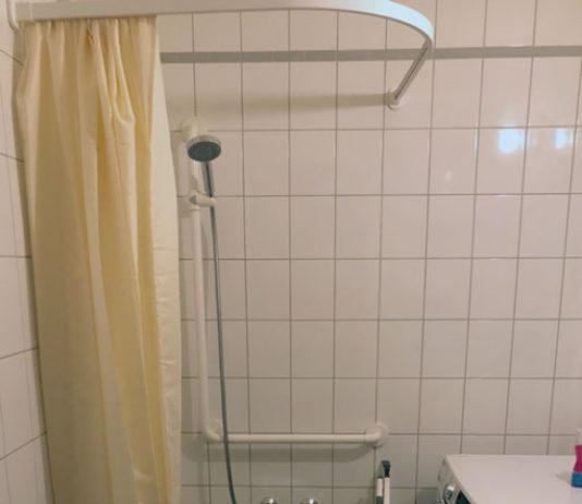 Beim Sanftläufer-System für ein barrierefreies Bad ist die Pumpe nicht sichtbar hinter einer Revisionsklappe der bodenebene Dusche installiert.