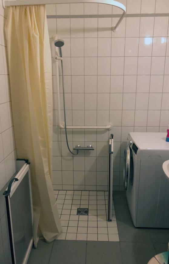 Beim Sanftläufer-System für ein barrierefreies Bad ist die Pumpe nicht sichtbar hinter einer Revisionsklappe der bodenebene Dusche installiert
