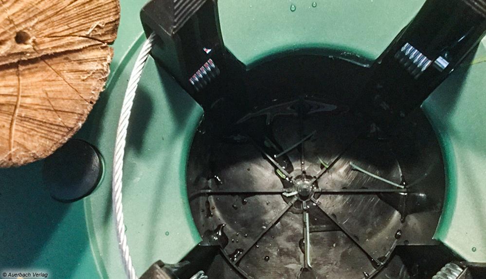 Dank Stahlseilzug und Fußhebel der selbstfixierenden Einseil-Technikgelingt das Baumauftstellen im Carlo Milano sofort.Auch das Nachjustieren des Baumes ist jederzeit problemlos möglich