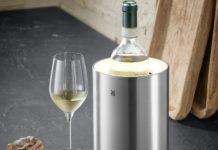 Der Ambient Sekt- & Weinkühler von WMF steht für das Zusammenrücken von Kochen und Wohnen und damit für die steigende Beliebtheit offener Küchen und deren Verschmelzung mit dem Wohnzimmer.