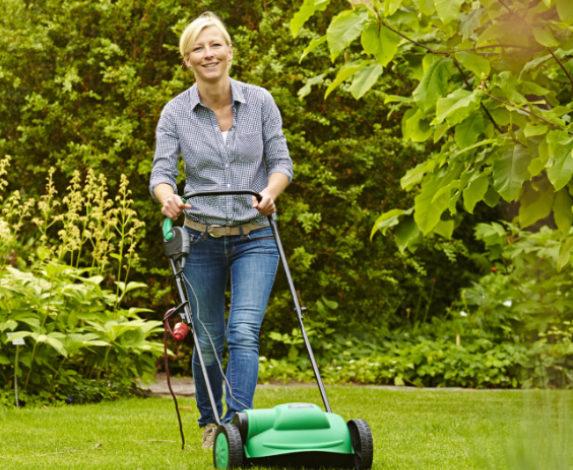 Zur Frühjahrskur für den Rasen gehört das Vertikutieren, das die Grünfläche von Moos und Rasenfilz befreit