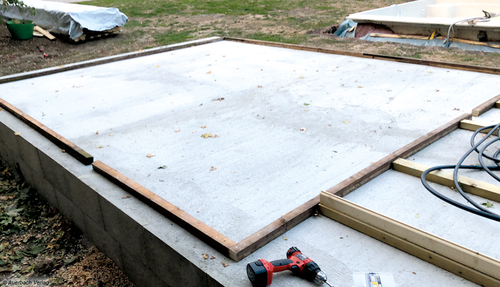 Vor dem Aufbau des Gartenhauses muss der Untergrund vorbereitet werden