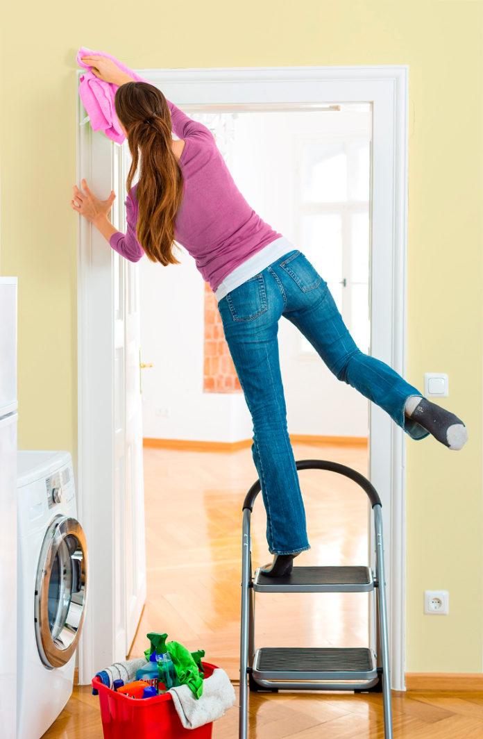 Unfälle beim Frühjahrsputz im Haushalt können vermieden werden, so mit standsicheren Leitern, rutschfestem Schuhwerk und Konzentration bei der Arbeit