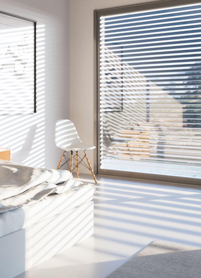 Für ein optimales Raumklima sorgen auch Rollläden, die mit einem Sonnensensor heruntergefahren werden können. So liegen die Räume angenehm im Schatten und heizen sich nicht auf.