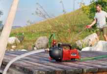 Die Aquinna Akku-Gartenpumpe von Einhell im Einsatz: einfach pumpen – mobil und flexibel