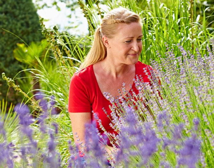 Für Lavendel eignet sich Experten zufolge sehr gut die Kübelpflanzenerde mediterran von Floragard, die mit ihrem mineralischen Anteil der Beschaffenheit der Böden im Mittelmeerraum sehr nahe kommt