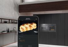 Der Backofen aus der Einbau-Generation 7000 von Miele kann bei Bedarf per Smartphone nachjustiert werden, während der Besitzer sich außerhalb der Küche beispielsweise seinen Gästen widmet