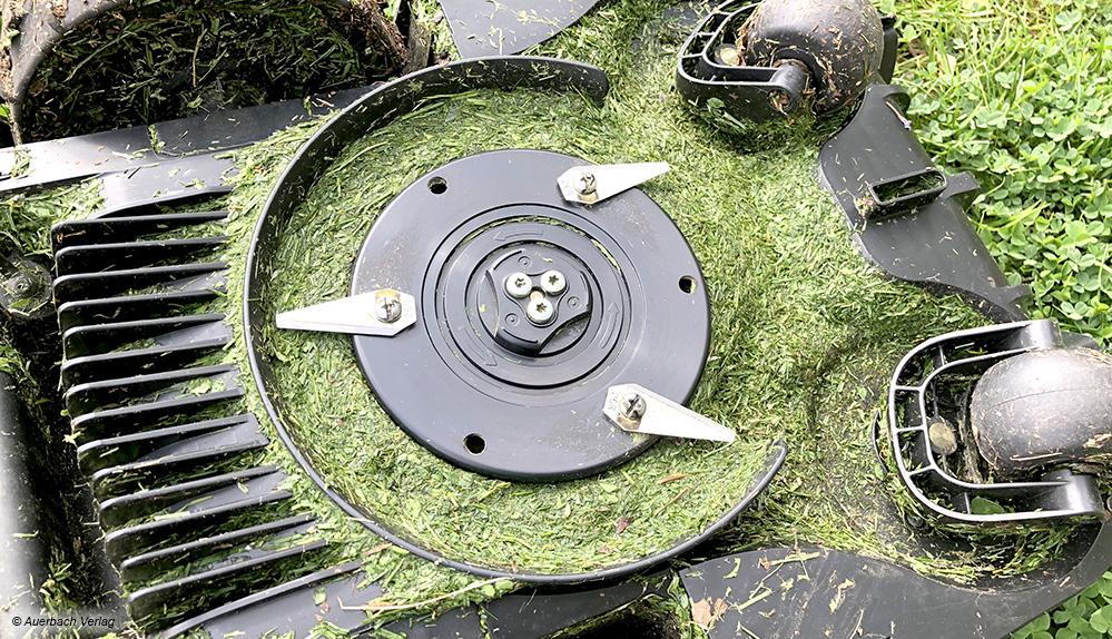 Beim Bosch sammelt sich jede Menge Rasenschnitt an der Unterseite, was die Effizienz negativ beeinflusst. Hier muss regelmäßig gereinigt werden