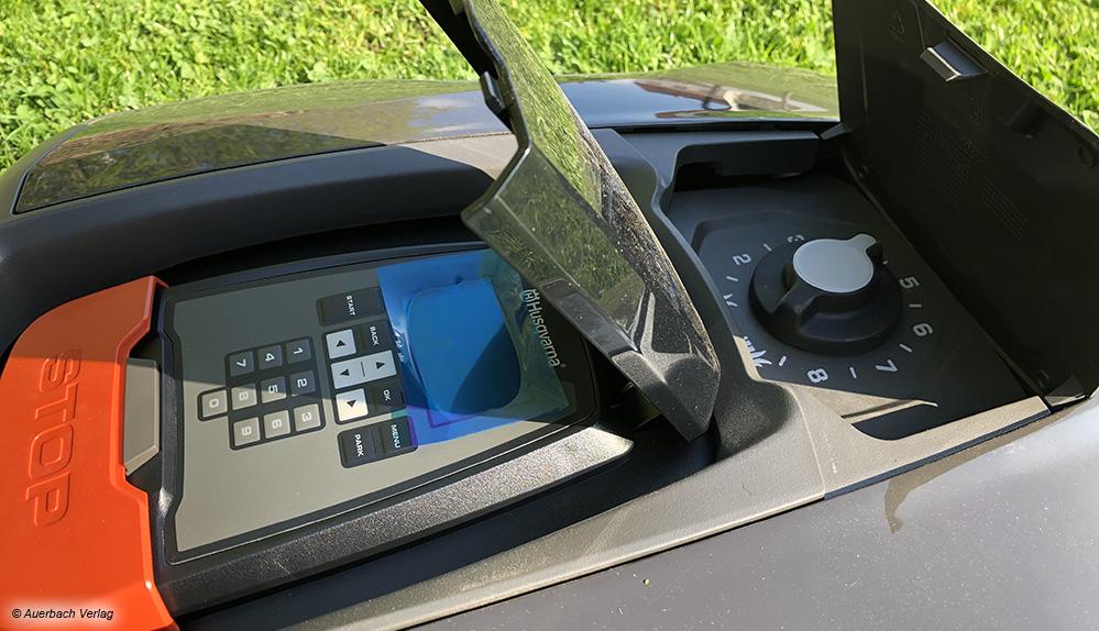 Der Husqvarna Automover 315X hat gleich zwei Klappen, unter denen sich die Bedienelemente und die Mähhöhe einstellen lassen.