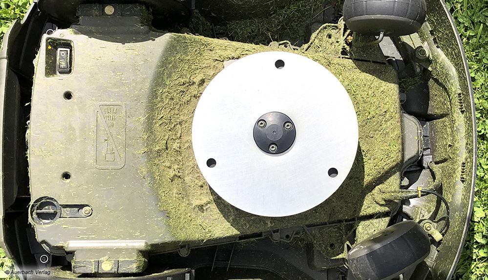 Saubere Leistung: Die Klingen des Husqvarna Automover 315X sind beweglich und verschwinden unter der Metallscheibe - hier besteht kaum Verletzungsgefahr