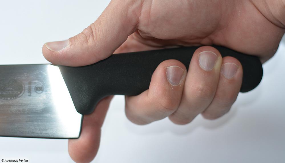 Beim kurzen Griff des Fibrox Tranchiermesser von Victorinox ist der Bewegungsradius des Zeigefingers gefährlich groß