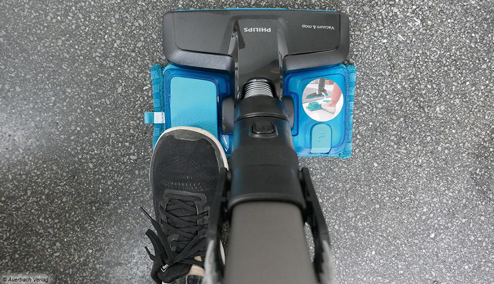 Beim Philips erfolgt die Wasserzufuhr nicht automatisch, sondern manuell durch Betätigen des Fußpedals am Wischaufsatz