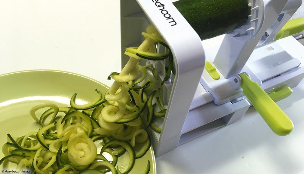 Beim Sedhoom werden die Zucchini wie in einem Schraubstock eingespannt und gedreht. Einen Auffangbehälter gibt es nicht