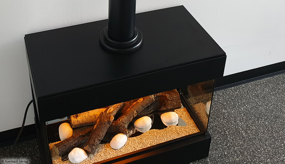 Der Elektrokamin von Carlo Milano liefert sogar ein Ofenrohr mit. Dadurch soll der kleine Elektrokamin möglichst realistisch wirken