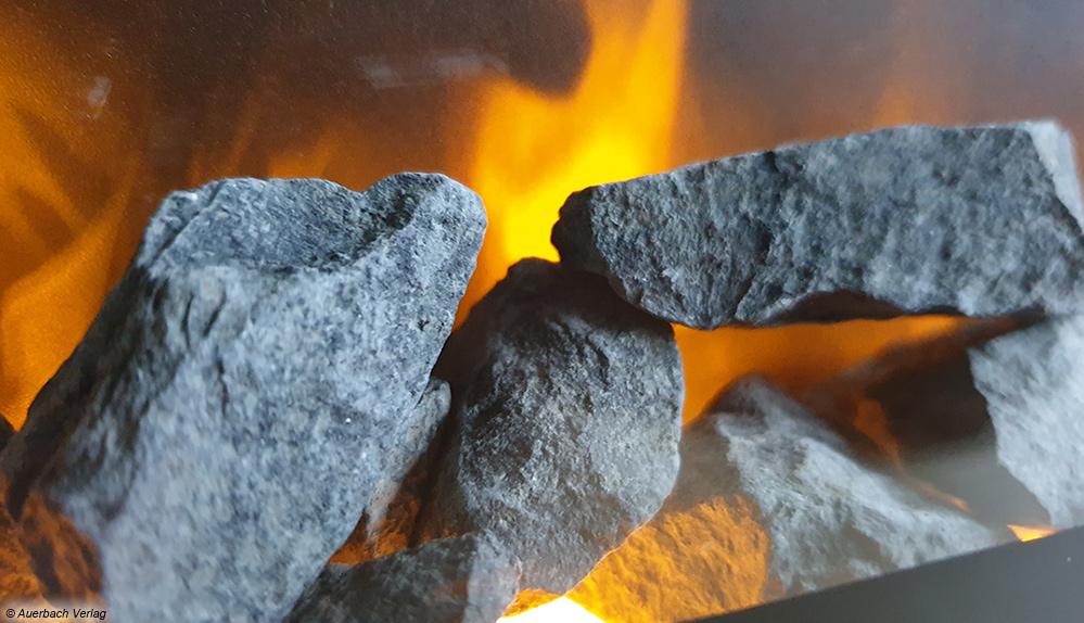 Auch die Feuersimulation beim Trivero 130 von Xaralyn weiß zu überzeugen. In Kombination mit den Natursteinen ein besonderer Effekt