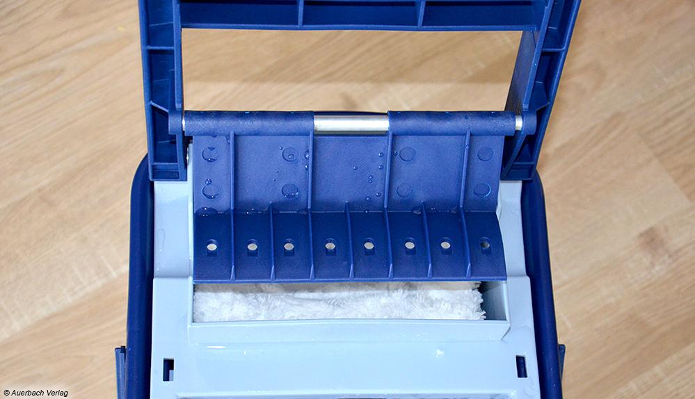Beim Pressbutler des Ha-Ra Bodenexpress wird der nasse Bezug s-förmig eingelegt und der Hebel mehrmals heruntergedrückt. Dafür ist ein enormer Kraftaufwand nötig