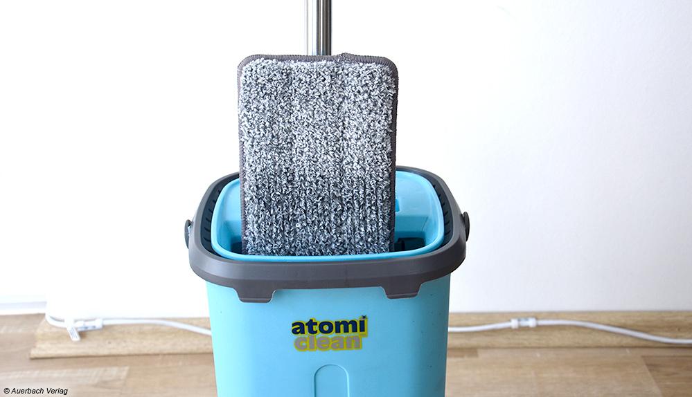 Damit der Bezug vollständig nass ist, muss der Eimer des AtomiClean randvoll mit Wasser befüllt werden - Überlaufgefahr