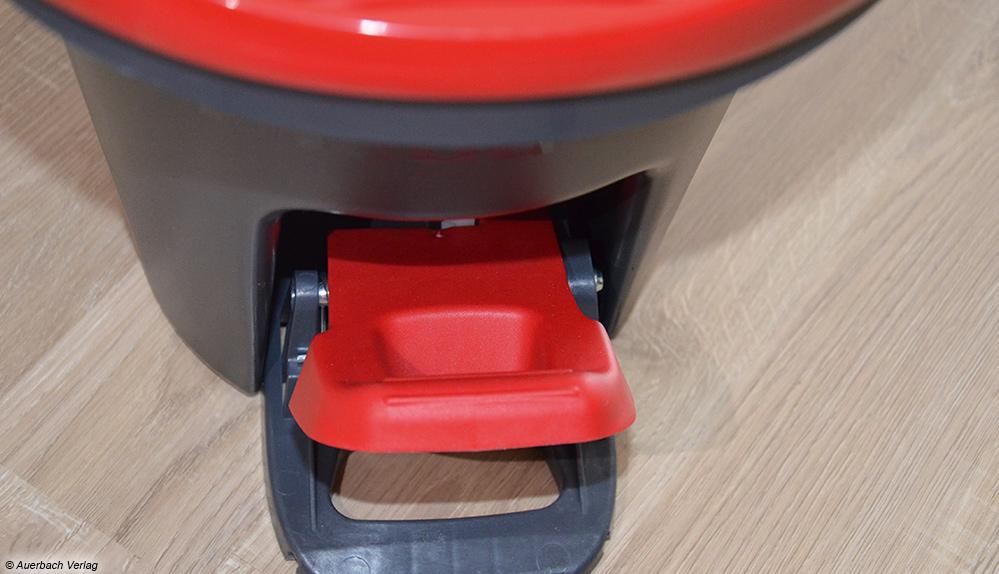 Dank der Vileda-PowerSchleuder-Funktion per Fußpedal gelingt die Reinigung spielend leicht im Stehen ohne große Mühe