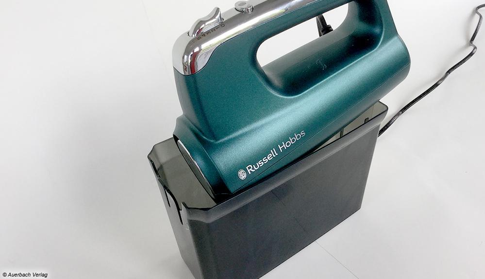 Der Testsieger von Russell Hobbs besitzt eine praktische Aufbewahrungsbox. Sie ist nicht nur schön anzusehen, sondern fasst auch sämtliche Teile des Mixers: zwei Helix-Quirle, zwei Knethaken und einen Schneebesen