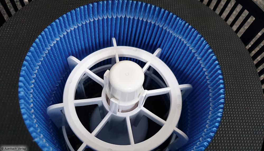 So ein Filterschwamm saugt im Verdunster das Wasser auf. Der aufgesetzte Ventilator sorgt dann für die Verdunstung