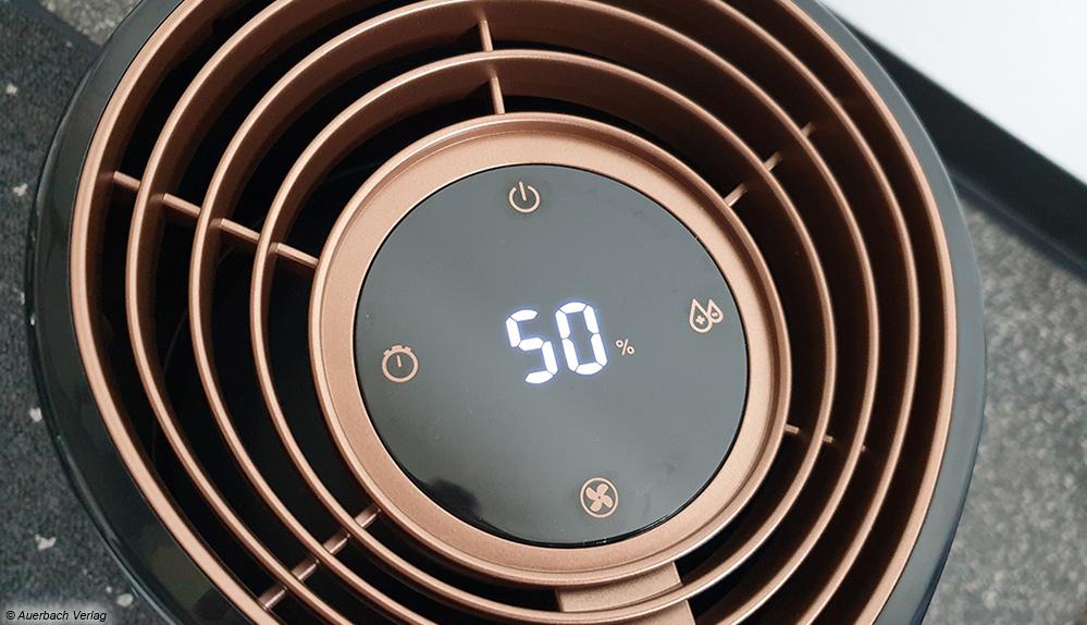 Gut zu erkennen sind die Lamellen für den Luftauslass am Verdunster. Darunter sitzt der Ventilator. Auch hier kann die gewünschte Luftfeuchtigkeit eingestellt werden