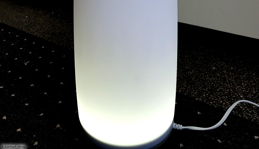 Auf den ersten Blick sieht der AH 670 von Medisana wie eine Nachttischlampe aus. Verbaut ist aber auch ein kleiner Luftbefeuchter
