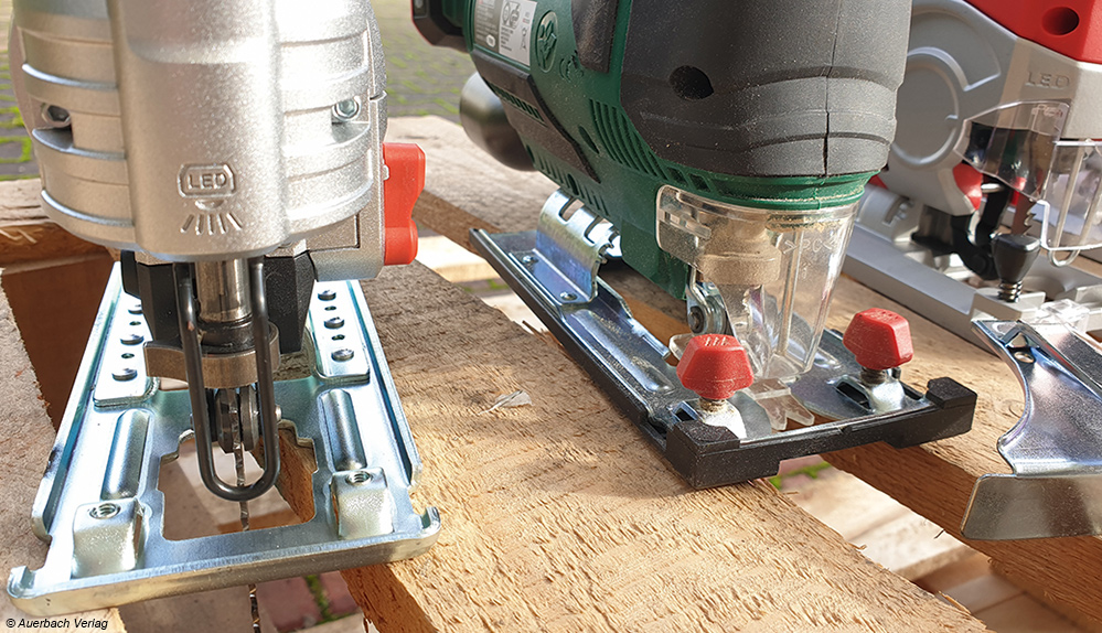 Vergleich: Die Maschine links hat nur einen kleinen Metallbügel als Schnittschutz. Rechts daneben ein Gerät mit transparentem Kunststoff-Schnittschutz