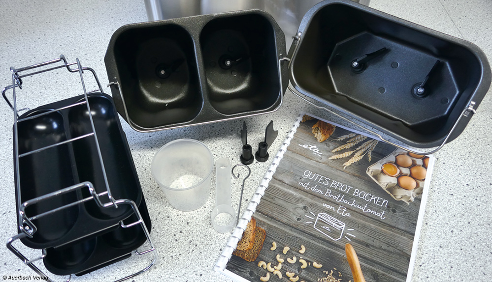 Zum Brotbackautomat von Eta gehören u.a. eine große und zwei kleine Brotformen, Baguetteformen und ein ausführliches Rezeptheft