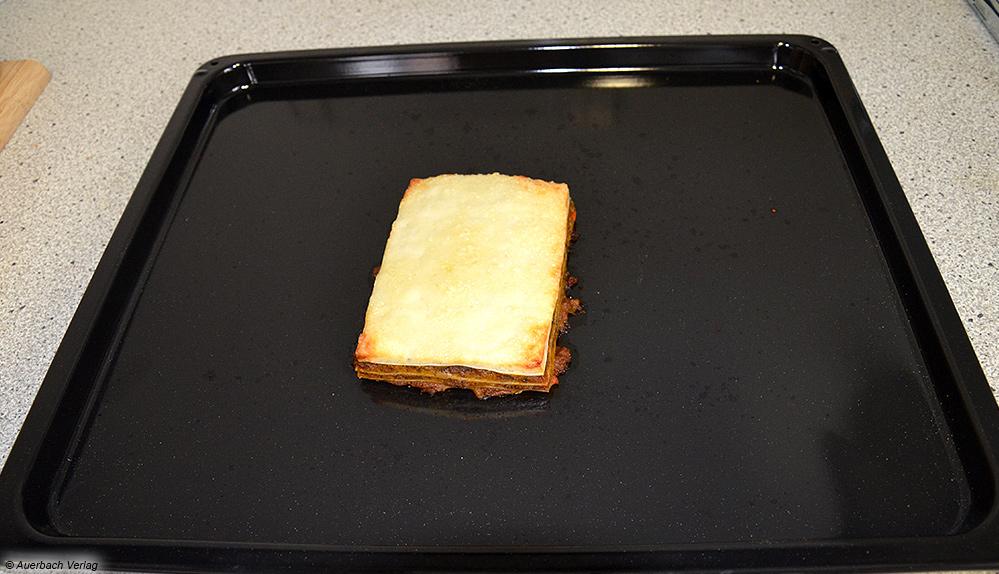Obwohl wir uns an die Herstellervorgaben halten, sieht die Lasagne aus dem Einbaubackofen von Amica wenig appetitlich aus