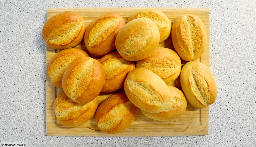 Gleiche Backzeit, unterschiedliche Bräunung: die Brötchen werden beim Ofen von Küppersbusch im Vergleich zum Koenic dunkler