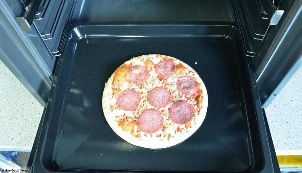 Die Pizza aus dem Backofen von Koenic ist nicht komplett durchgebacken. Der Käse ist nicht zerlaufen und es fehlt an Kruste
