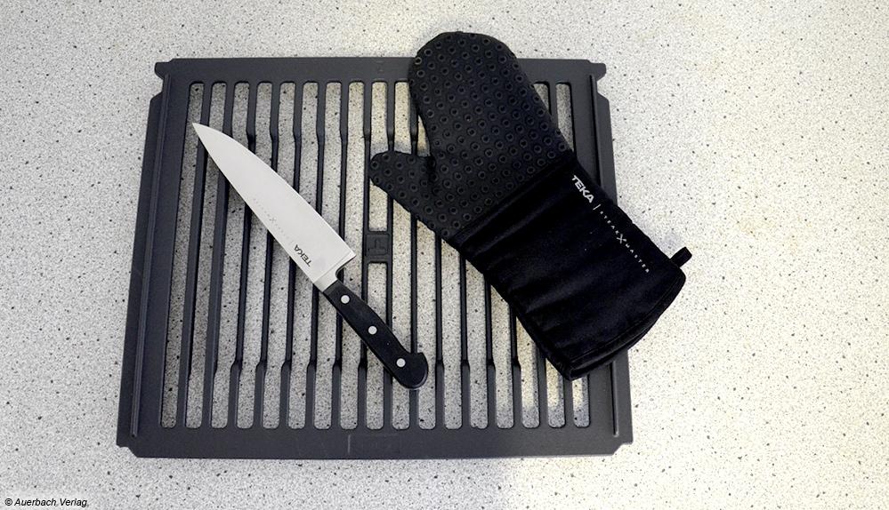 Mit dem gusseisernen Grillrost, dem Kochhandschuh und dem Steakmesser wird Fleischbraten im SteakMaster zum Kinderspiel