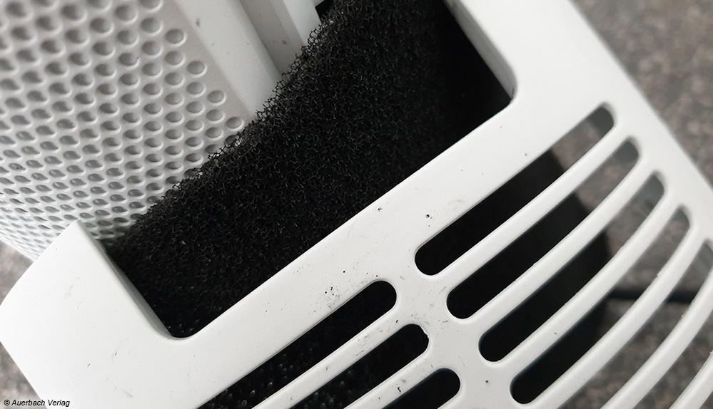 Der Luftfilter beim Tower LCD war schon im Karton zerbröselt und verursachte daher am weißen Gerät und den Händen schwarze Flecken