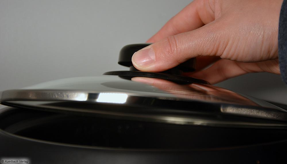 Auch kleine Finger empfinden den Griff des Deckels am Reiskocher von Melissa als unergonomisch