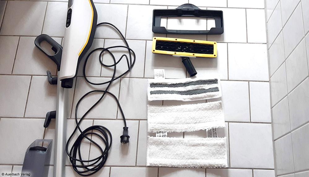 Kärcher liefert viel Zubehör: Teppichgleiter, zwei Mikrofaser-Vliese, Abrasiv-Bodentuch und einen abnehmbaren Wassertank