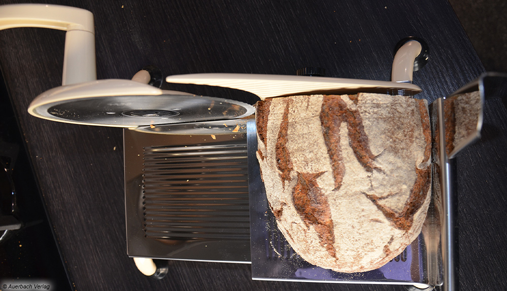 Der Schneidgutschlitten des Graef ist für ein Krustenbrot fast zu klein. Wird er abgenommen, passt auch ein größeres Brot