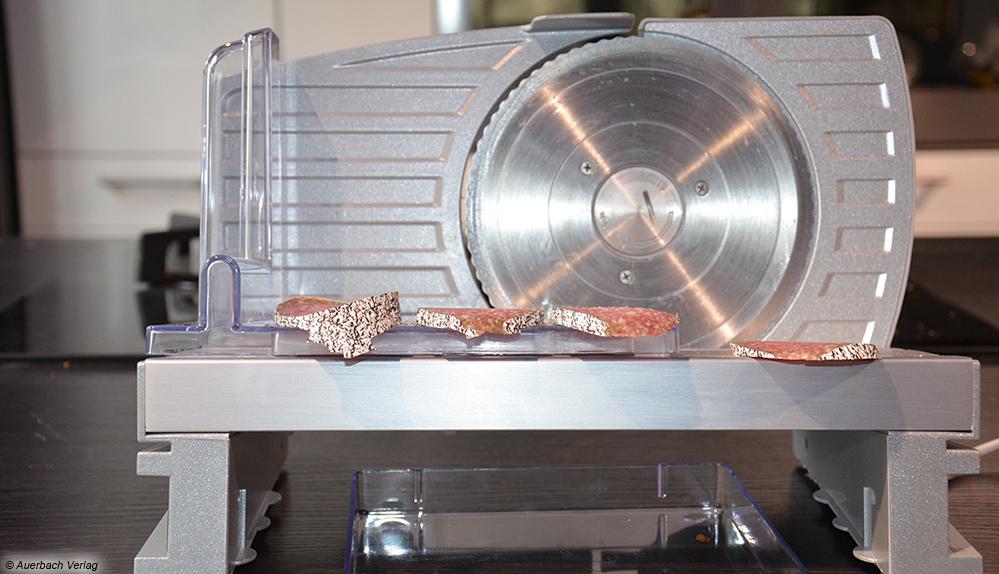 Der Silvercrest liefert im Test leider nur mittelmäßige Schnittergebnisse. Salami schneidet er ungleichmäßig und fransig