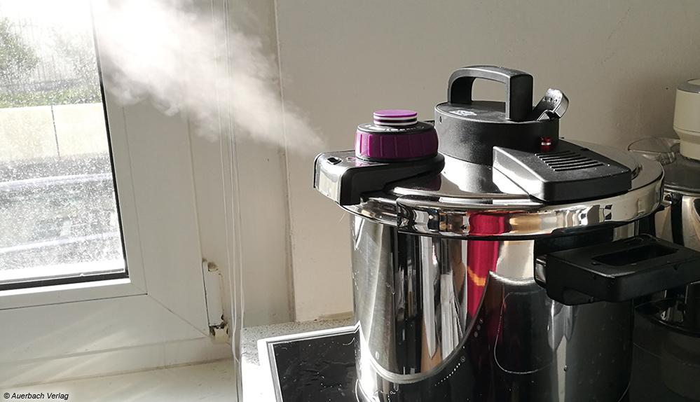 Vorsicht: Bei Schnellkochtöpfen (hier: Easy Click) entsteht Druck, der in Form von heißem Dampf durch die Ventilöffnung ruckartig entweicht