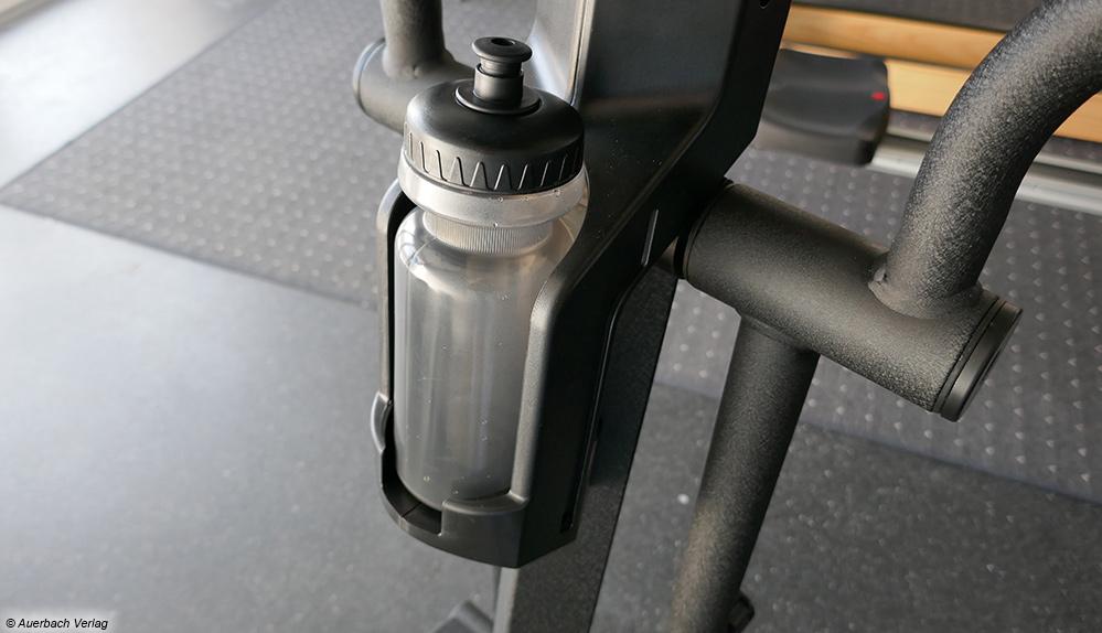 Der praktische Flaschenhalter des Crosstrainers von AsVIVA ist sehr stabil und sicher. So hat man jederzeit Wasser parat